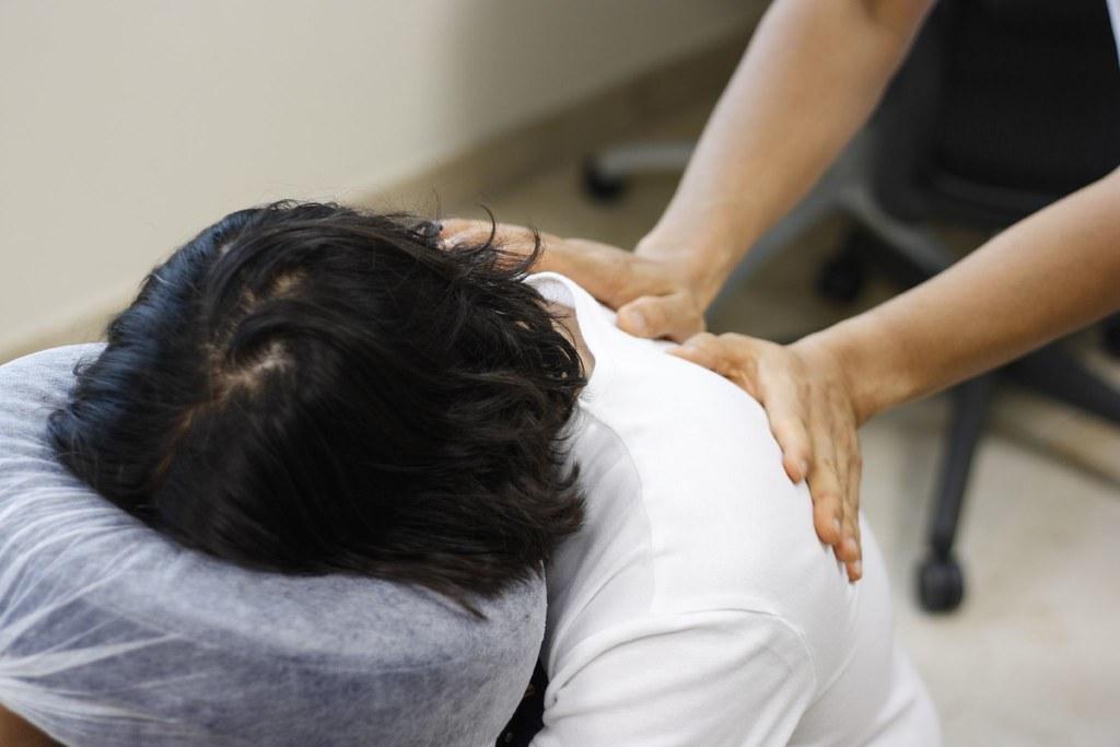 Chair massage massaggio da ufficio per alleviare tensioni