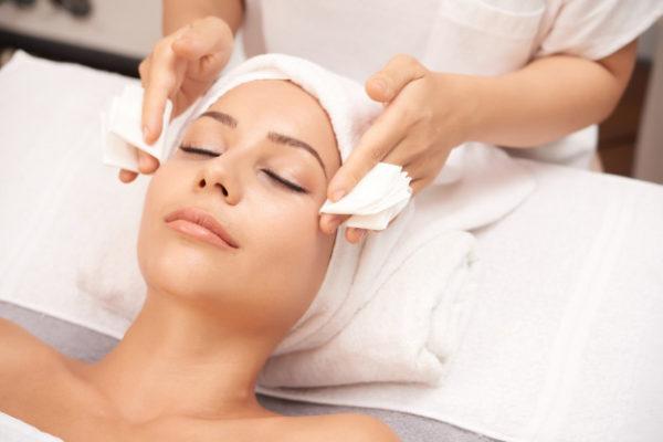 Pulizia del viso con Hydraskin pelle purificata e rigenerata