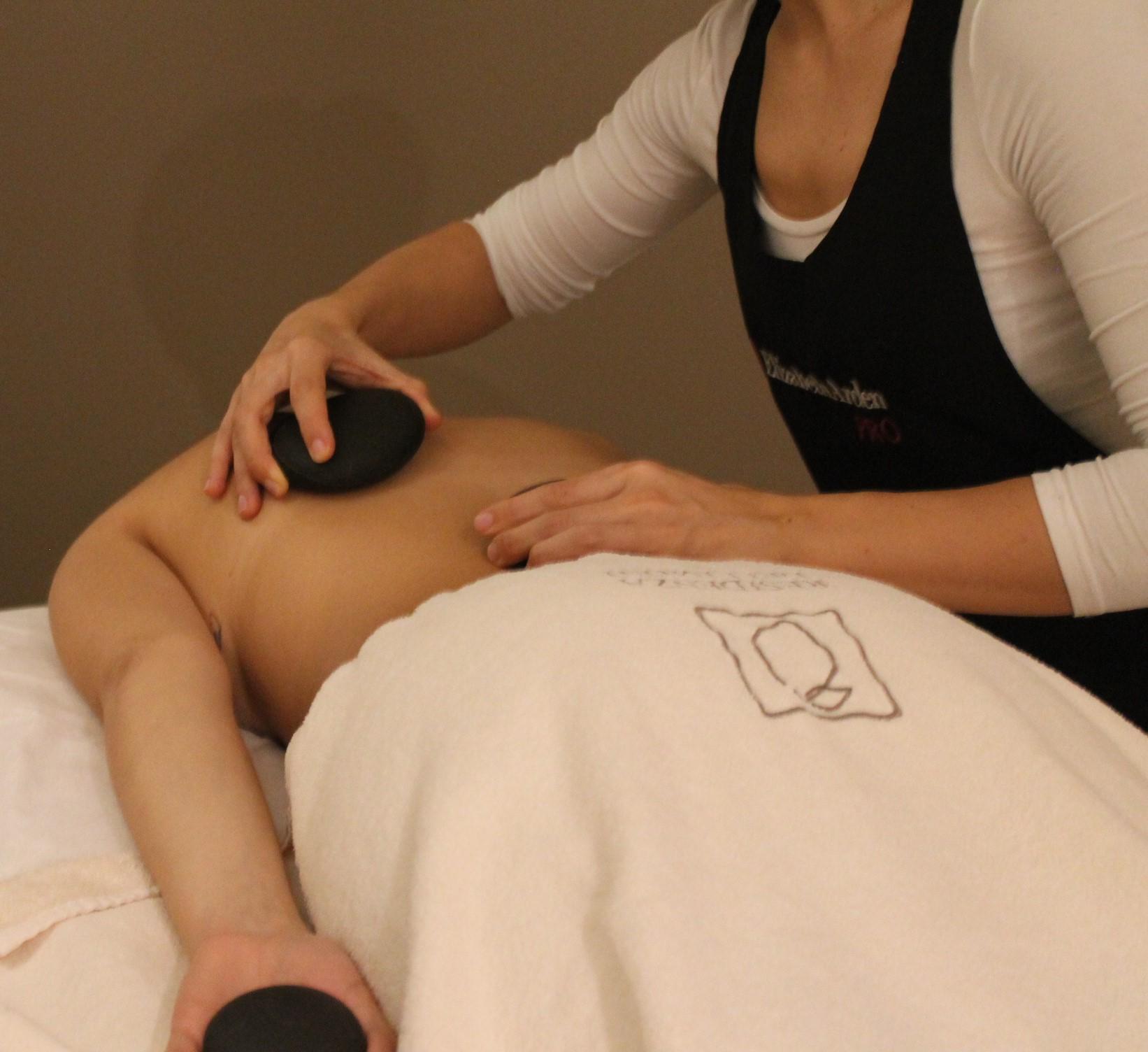 Stone massage benefici per mente e corpo