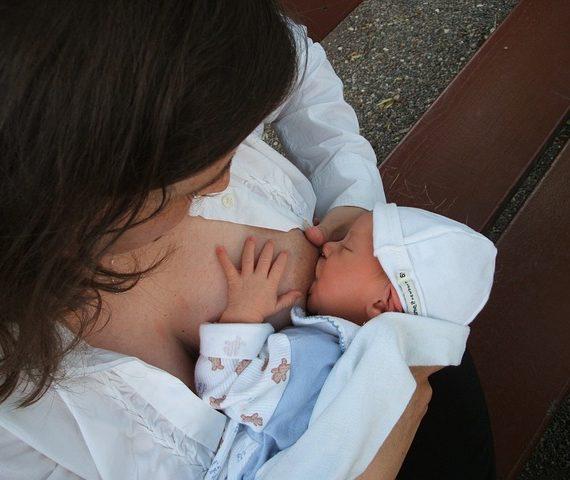 Allattamento materno benefici per bimbo e mamma